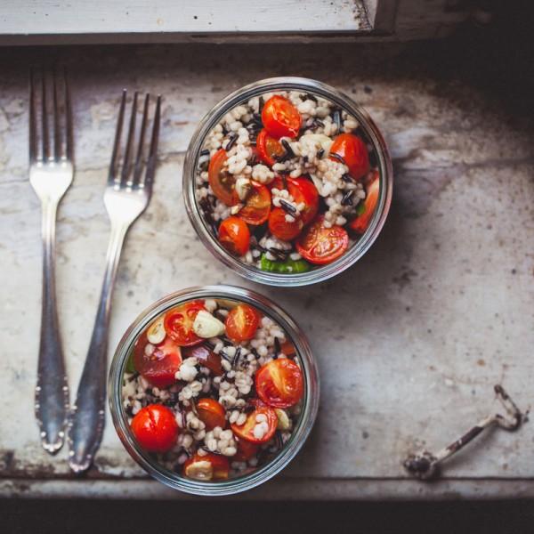 Gerstensalat mit Tomaten und Wildreis