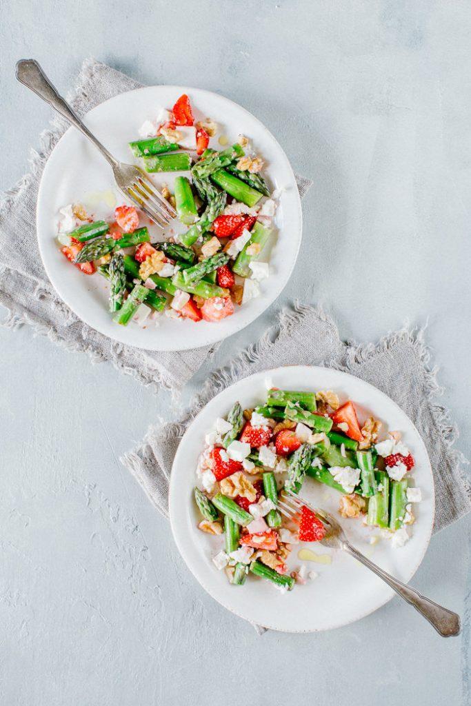 kuisine-spargeln-erdbeeren-feta-salat-mit-baumnüssen-013