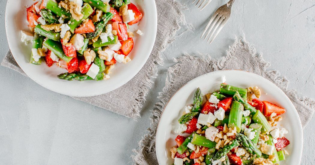 spargeln erdbeeren feta salat mit baumn ssen kuisine. Black Bedroom Furniture Sets. Home Design Ideas