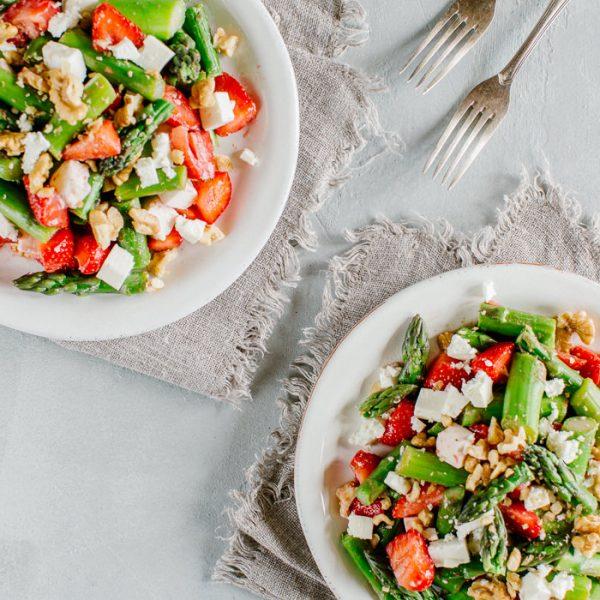 Spargeln-Erdbeeren-Feta-Salat mit Baumnüssen
